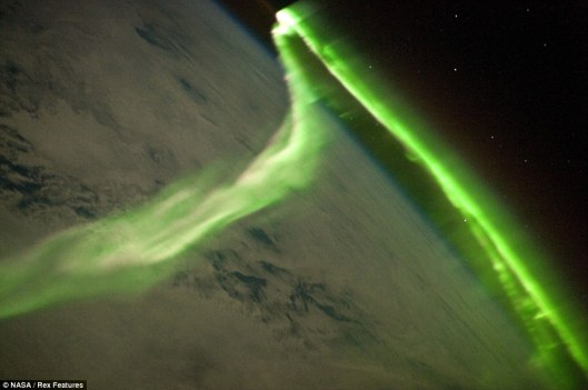 northern-lights_article-1288284-0a218e7c000005dc-13_964x6401